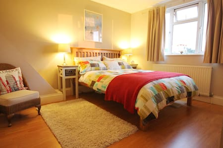 Bedroom, Private Shower, Lounge/Study & Breakfast - Londres - Casa