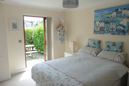 En suite room on private marina - Falmouth