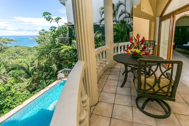 El Titi: 1BR Ocean-View Apt, Central Location!