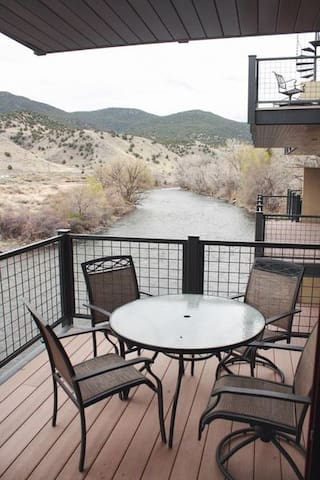 Riverfront Townhome-Beautiful townhome on the river with 4 balconies-walking dis