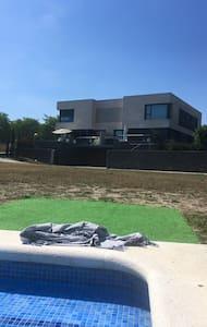 Casa con encanto, jardín y piscina dormitorios 2 - バルセロナ