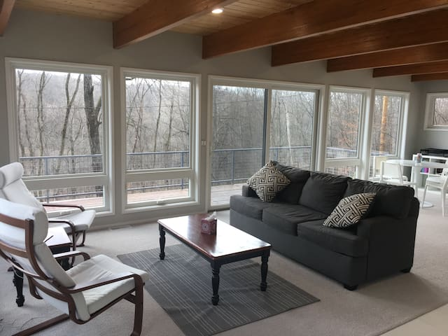 Modern Treehouse Retreat 15 Minutes from GR