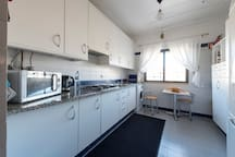 Cozinha totalmente equipada. Luz natural todo o dia.