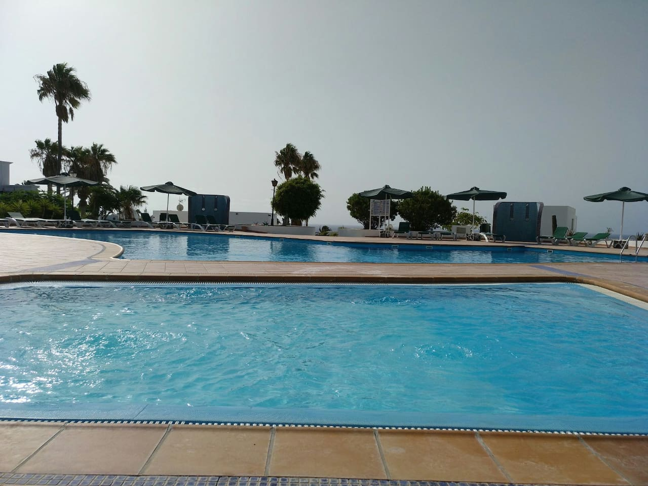 piscina de niños y grande