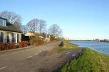 Het dijkhuis van de eigenaren aan de IJsseldijk bij hoog water