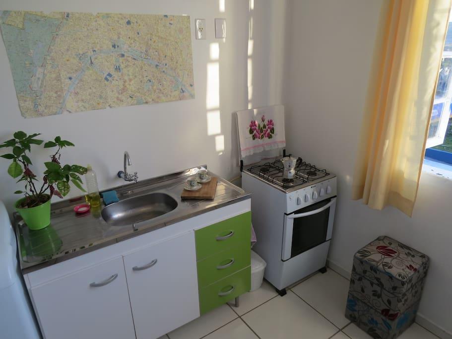 Cozinha funcional; equipamento para café e chá.