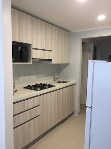 Cocina con encimera de Quarzo y electrodomésticos nuevos