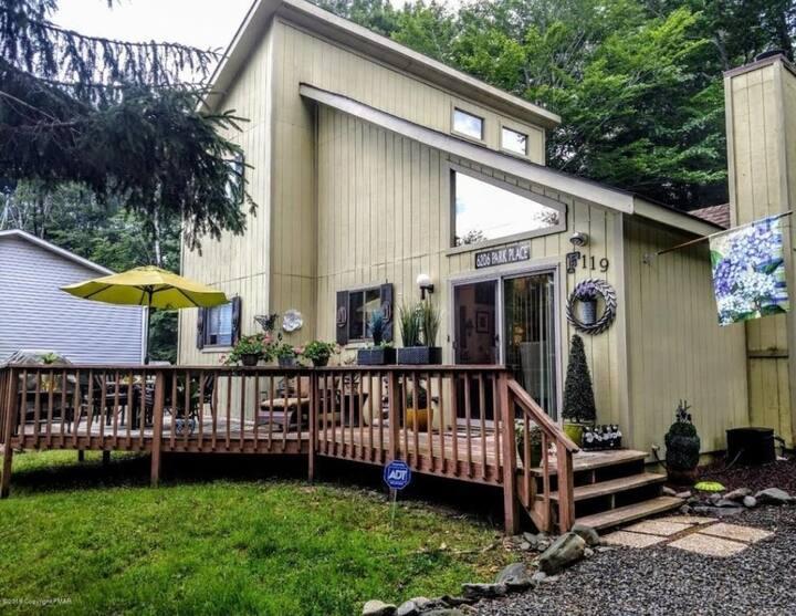 Charming/Cozy Home in Poconos/ Heart Shape Jacuzzi