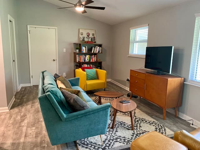 Bright 2 bedroom 1.5 bath close to downtown