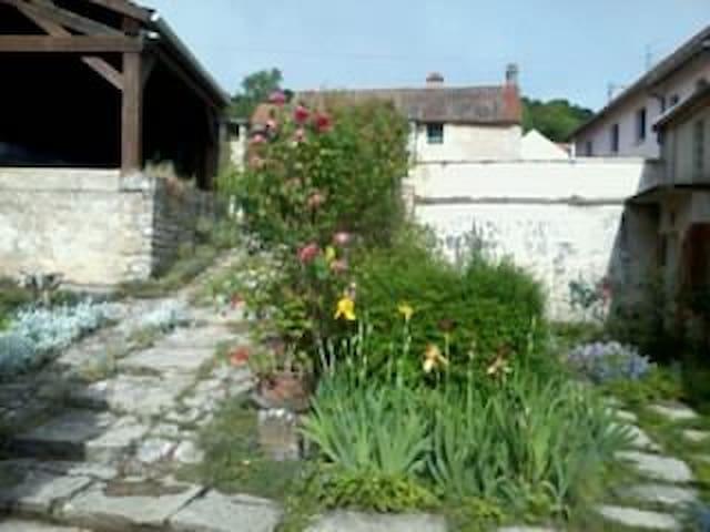 A l'étage d'une maison ancienne : chambres  calmes - Corcelles-les-Monts - Bed & Breakfast