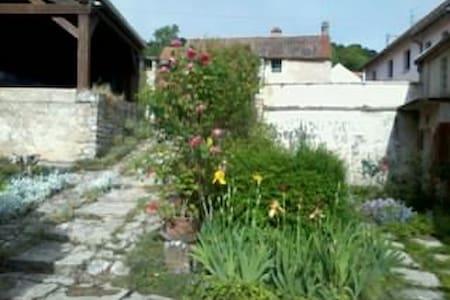 A l'étage d'une maison ancienne : chambres  calmes - Corcelles-les-Monts - Wikt i opierunek