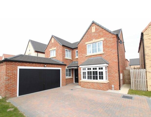 Luxury 4/5 bedroom new build large property