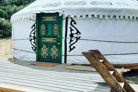 Dzika i spokojna jurta z widokiem na góry