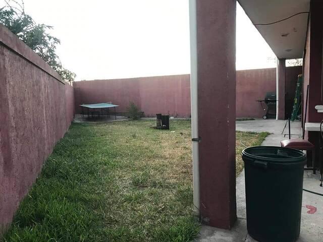 El amplio patio.