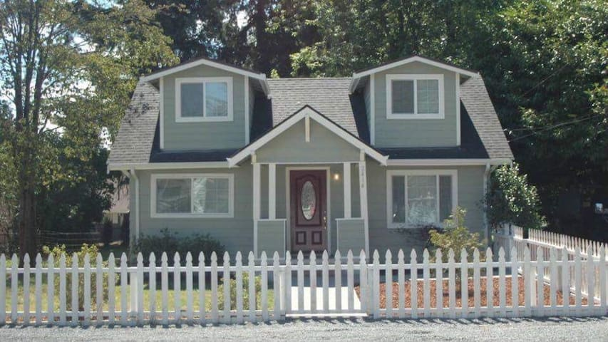 Cute Pinterest ready house, close to I-5 and I-405