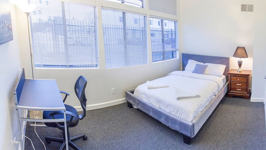 Private Room w/ Queen Size Bed in Downtown Area_8