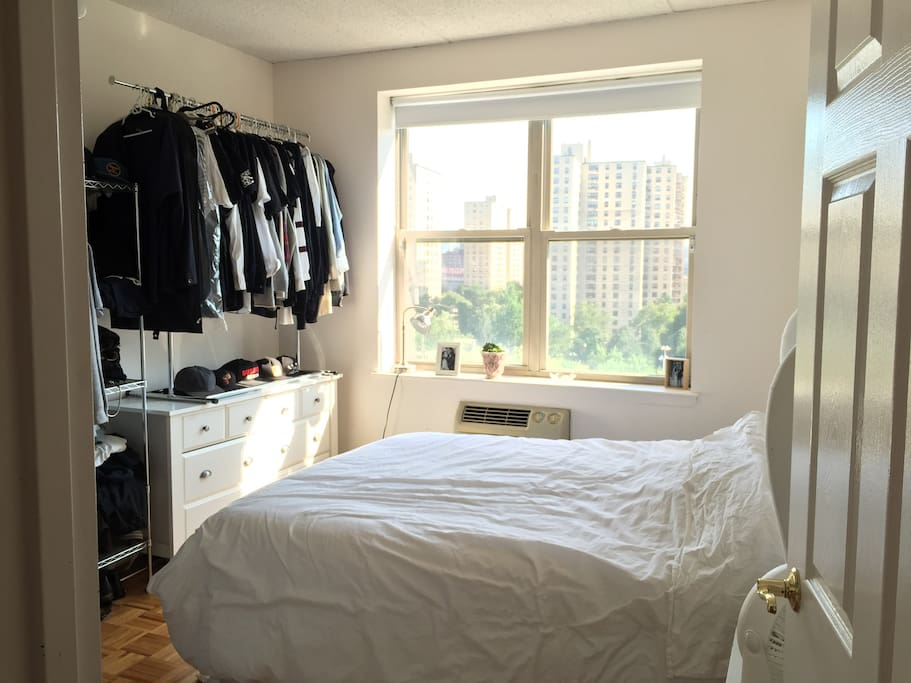 Bright, Queen Sized Bed, THAT VIEW!, AC in room, Closets.