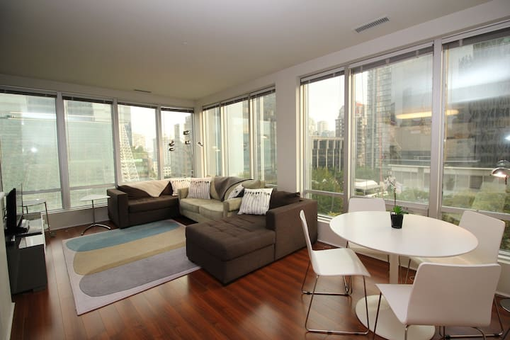 Cozy Corner Suite at the Heart of DT Vancouver