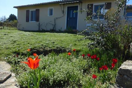 Chambre lit 2 personnes et bureau Sud Ardèche - Tauriers