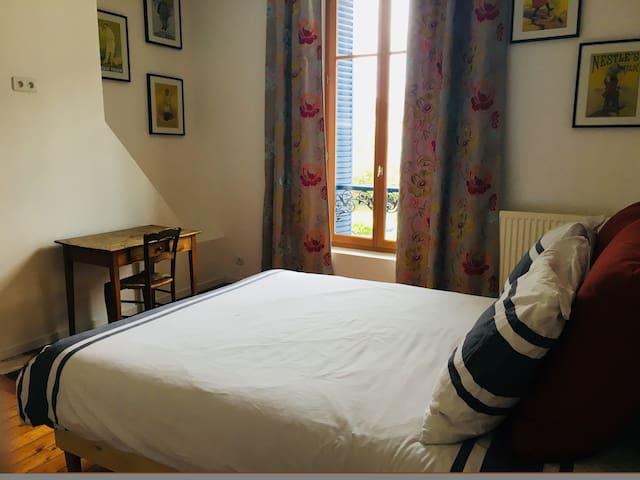 Grande chambre dans maison bourgeoise