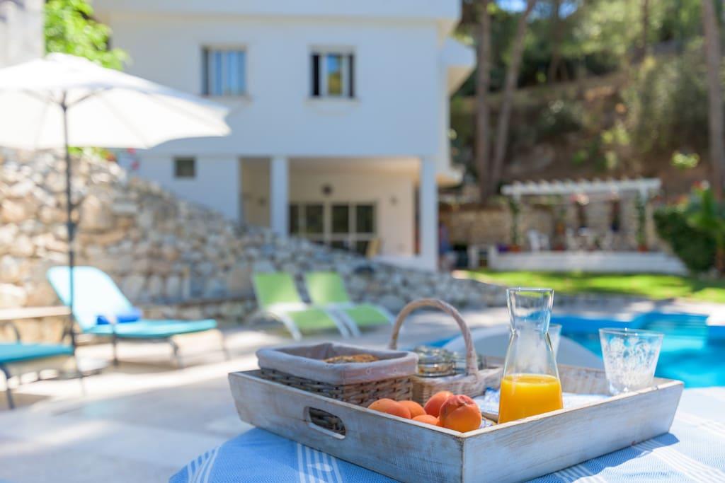 Breakfast by the pool!