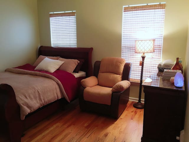 Queen private smart bedroom in Charlotte
