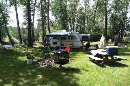 Camp on River - Bozeman - Autocaravana
