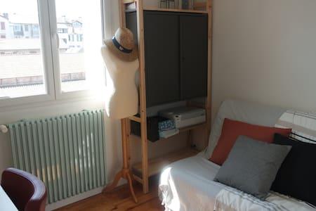 Petite chambre dans appartement rénové.
