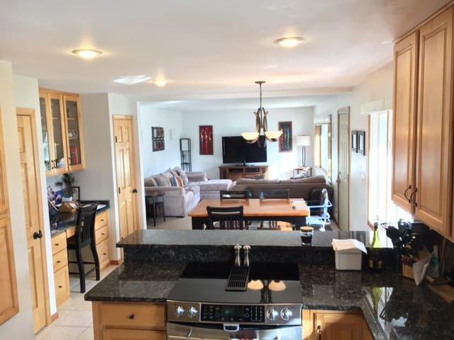 Home w/ Theater Room, Hot Tub, 13 Mins Downtown - Minneapolis - House
