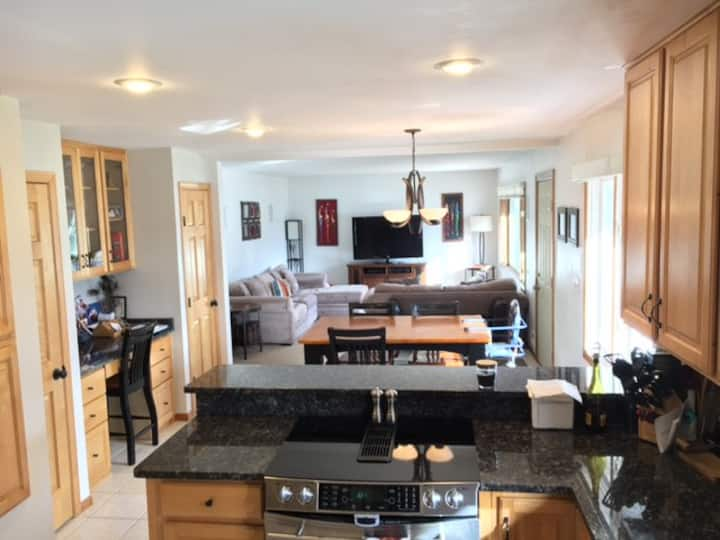 Entire House w/ Theater Room, Hot Tub;