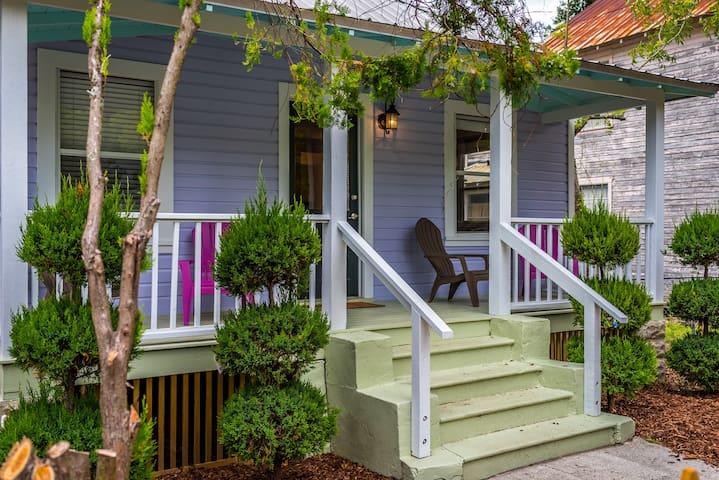 Downtown Weeden Street Cottage