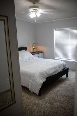 Guest Bedroom (Queen Bed)