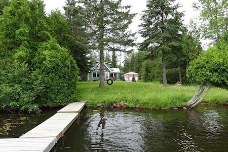 Chalet sur le bord du lac Corbeau - Saint-Damien