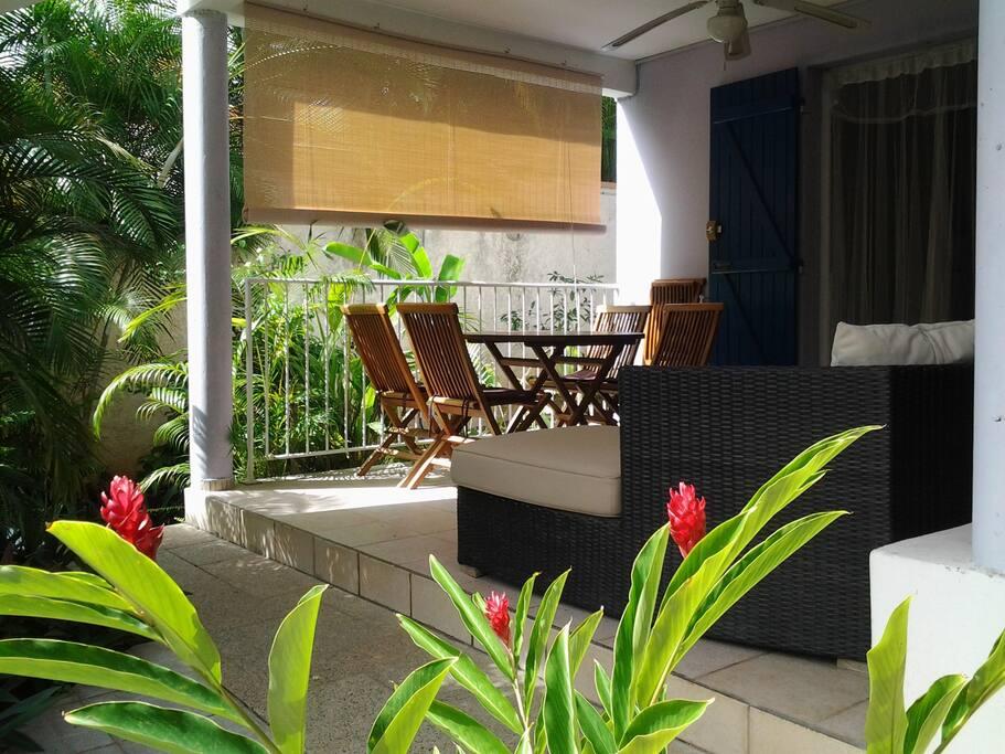 Agréable terrasse face au jardin tropical