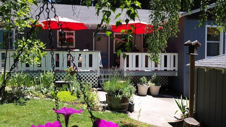 Hideaway Cottage, Breakfast, Spa, Private Deck!