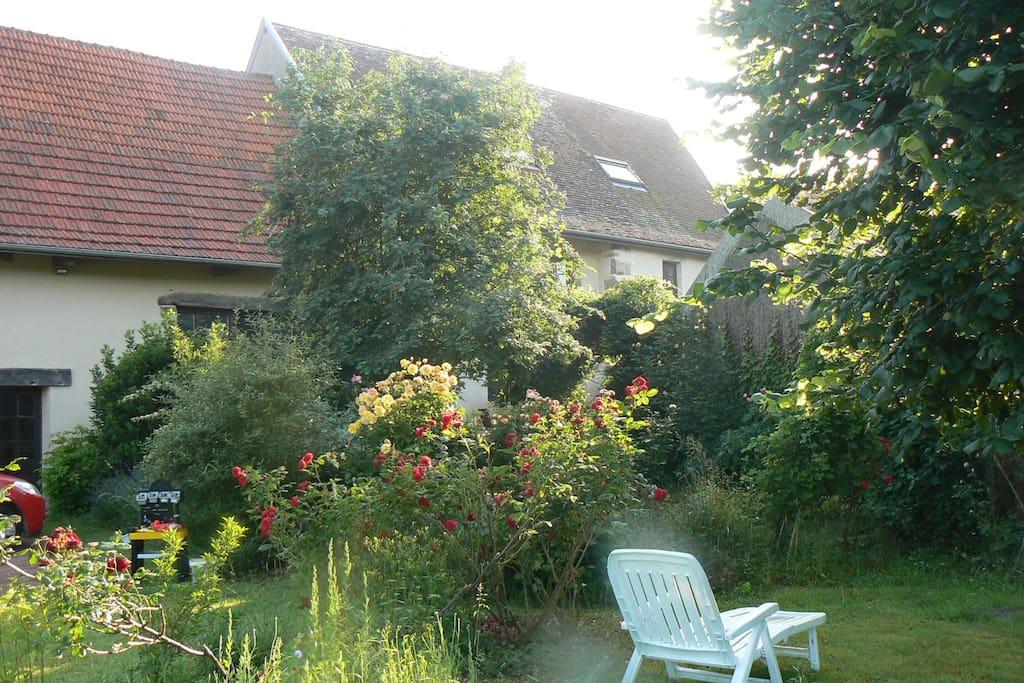 La maison se cache derrière son jardin