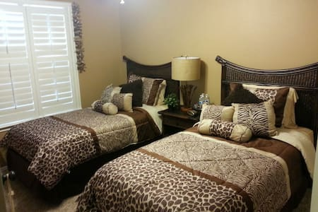 Guest Bedroom with 2 twin beds+Bath - San Antonio