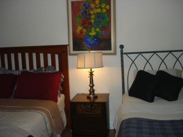 Getaway 5 BR,9 beds, near metro,HEC, JGH, downtown - มอนทรีออล - บ้าน