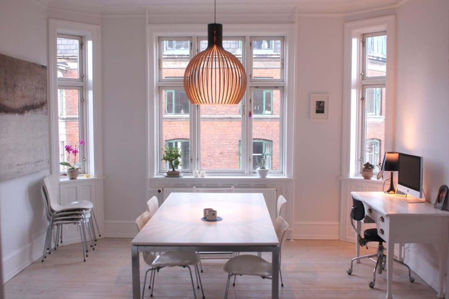 Dinningroom with nordic design and art
