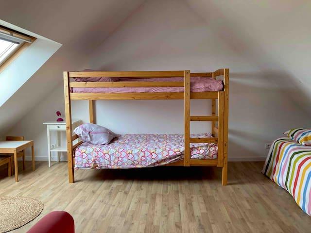 Chambre lits superposés et un lit simple, vue Mont St Michel