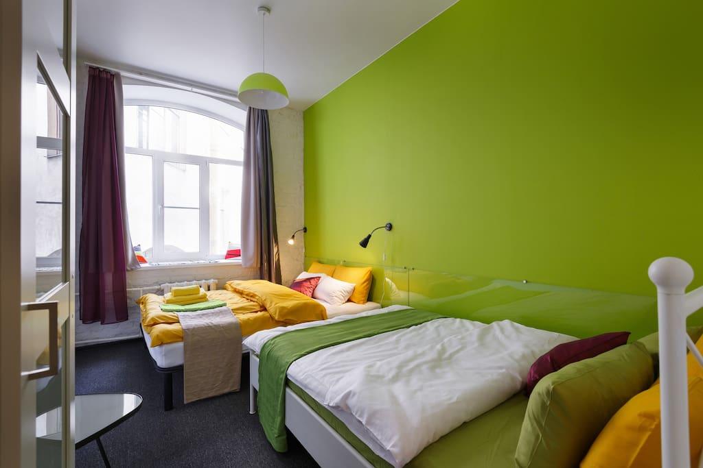 Зеленная комната с двумя двухспальными кроватями