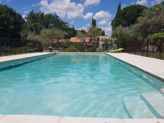 Mazet avec piscine partagée, chauffée et sécurisée