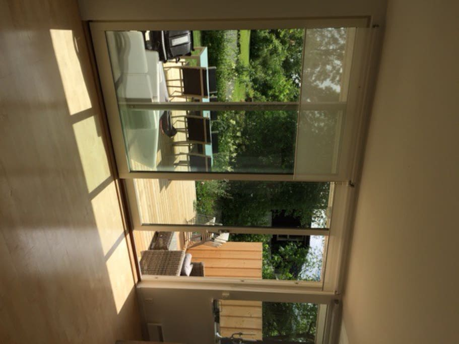 Large windows to the garden, lot of light.