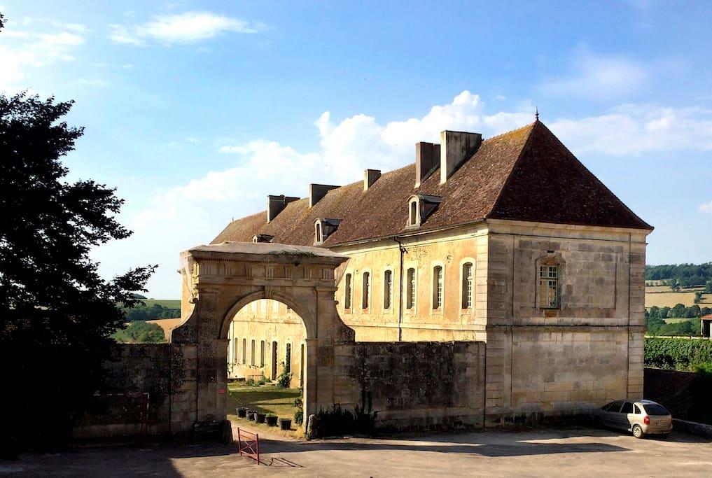 l'entrée du site sur la place du village.