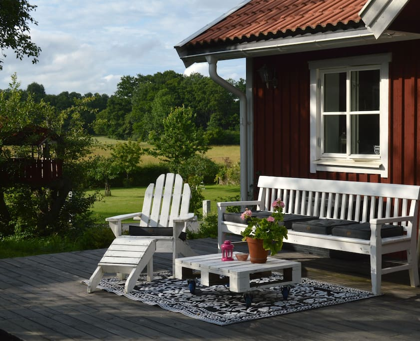 Relax on the deck infront of the studio. There is plenty of space.