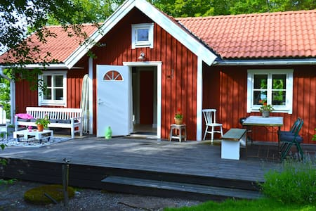 Charming studio with sleeping loft - Svartsjö - 小木屋