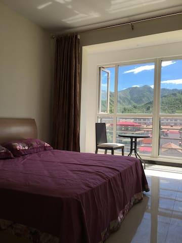 第一个卧室,1.8*2米大床,室外风景如画。