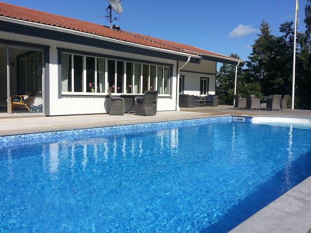 Stor villa med pool nära havet - Stenungsund S