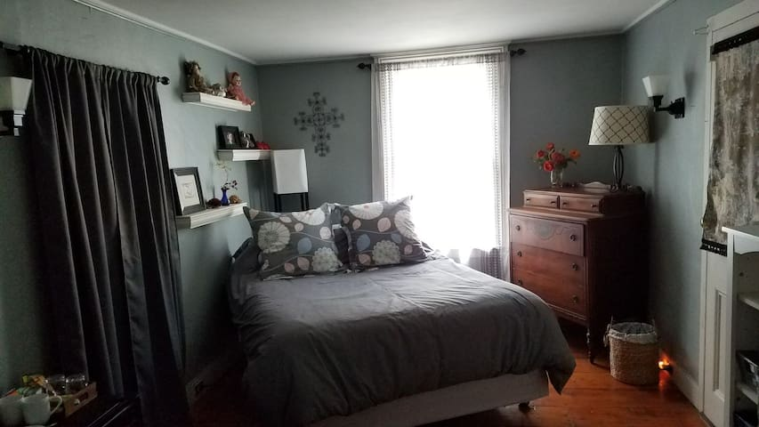 Cozy room with veranda in historic Uptown Kingston