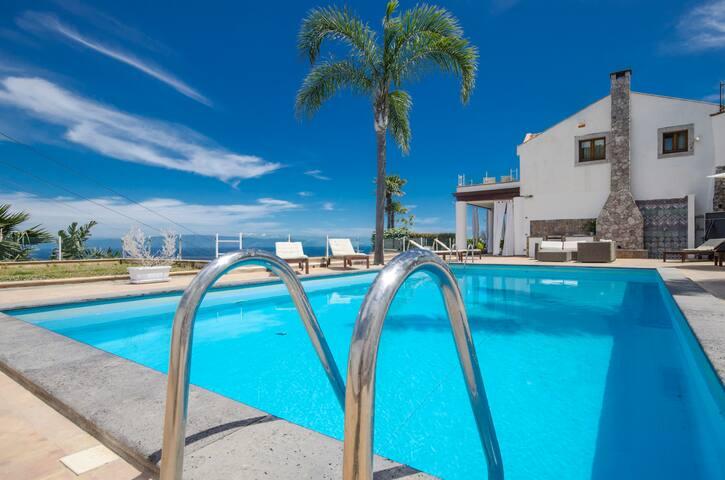 VILLA TAORUM- luxury sea-view villa, pool &Jacuzzi
